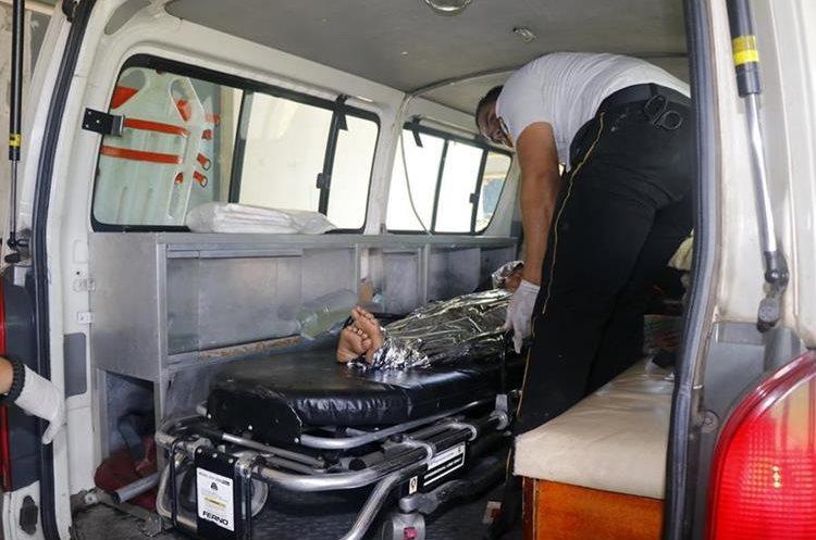La madre de la menor relató que quemaban basura cuando un envase de aerosol explotó. (Foto Prensa Libre: Rolando Miranda)