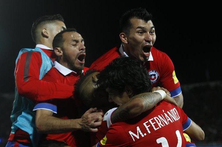 Los jugadores chilenos celebran con Vargas el gol ante Brasil. (Foto Prensa Libre: AFP)