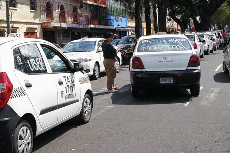 Manifestación de taxistas se efectúa en la zona 11 de la capital. (Foto Prensa Libre: Estuardo Paredes)