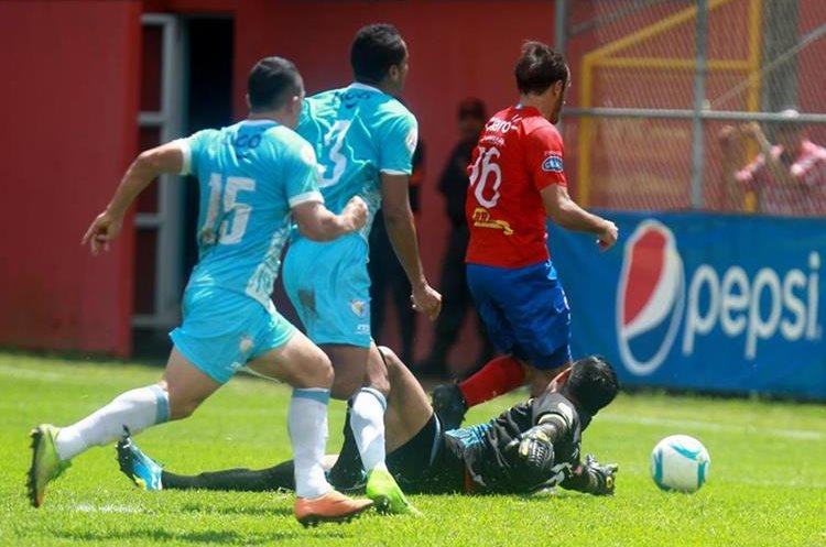 Gastón Puerari dribla a Paulo César Motta y abre el marcador en El Trébol. (Foto Prensa Libre: Carlos Vicente)