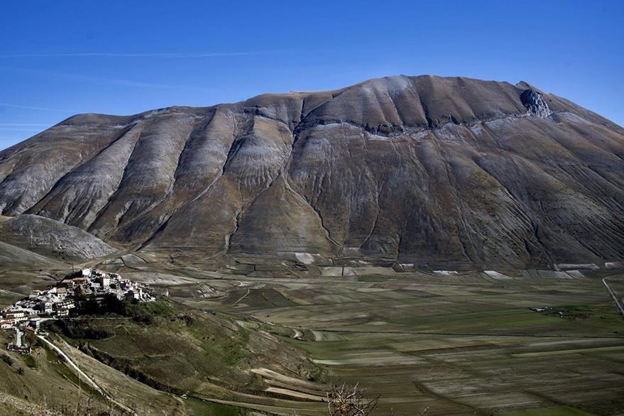 Vista general de Castelluccio al pie del Monte Vettore. Esa villa fue una de las más afectadas por el desplazamiento de la corteza terrestre que se movió hasta 70 centímetros en un área de 130 kilómetros cuadrados. (Foto Prensa Libre: AFP).