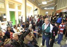Afiliados del IGSS esperan para recibir medicamentos en farmacias. (Foto Prensa Libre: Archivo)