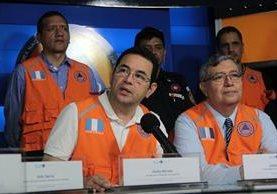 Presidente Jimmy Morales y otros funcionarios durante conferencia de prensa en la Conred. (Foto Prensa Libre: Gobernación).