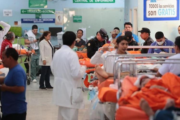 A la emergencia del Hospital Roosevelt llegó la mayoría de los heridos del accidente ocurrido en el kilómetro 18.3 de la ruta Interamericana. (Foto Prensa Libre: Hemeroteca PL)