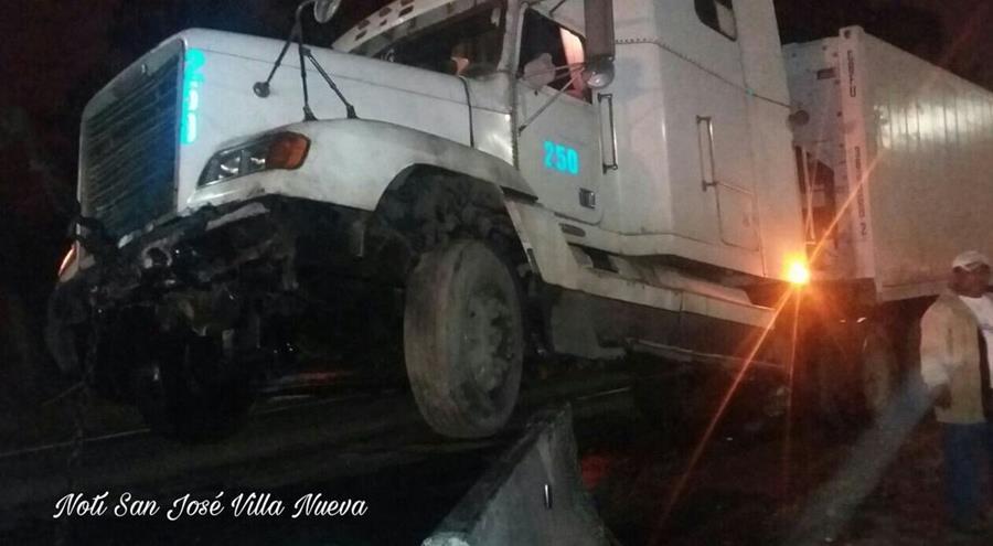 Tráiler quedó empotrado en los separadores viales. (Foto Prensa Libre: Noti San José Villa Nueva)