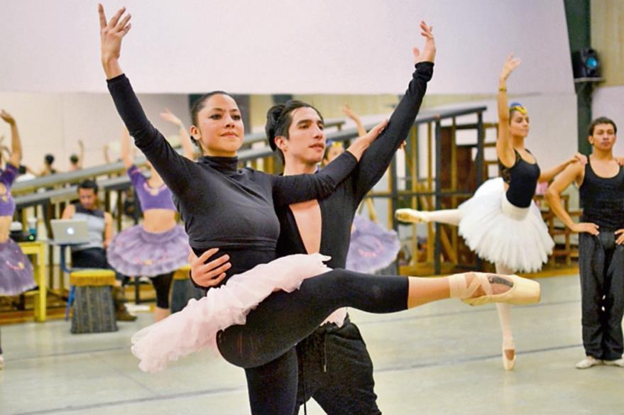 Los integrantes  del ballet ensayan desde hace dos meses para esta temporada.(Foto Prensa Libre: Ángel Elías)