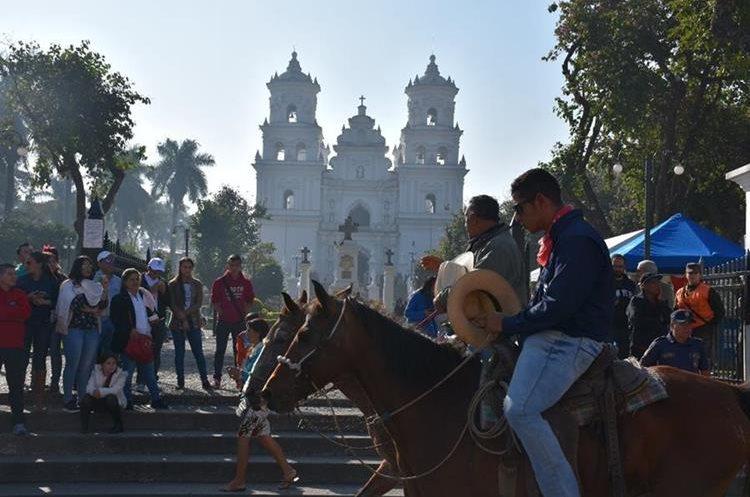 Durante 115 años consecutivos, la peregrinación cabalgata del tío Tin, proveniente de Asunción Mita, Jutiapa, ha llegado a venerar al Santo Cristo Negro. (Foto Prensa Libre: Mario Morales)