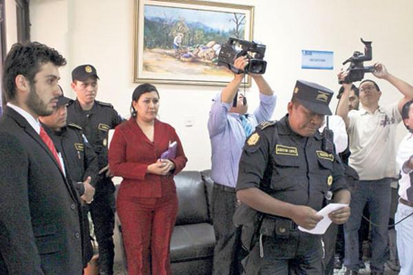 Agentes policiales ingresan en la sede del Fondo, para verificar los hechos.