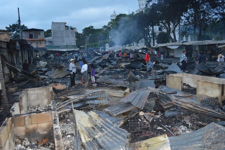 Un incendio arrasó con uno de los mercados de artesanías aledaños a la Basílica de Esquipulas, Chiquimula, el 26 de noviembre de 2013. (Foto Prensa Libre: Hemeroteca)