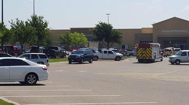Oficiales de la Policía y patrullas vigilan el parqueo del Walmart donde ocurrió el incidente. (Foto: Twitter).