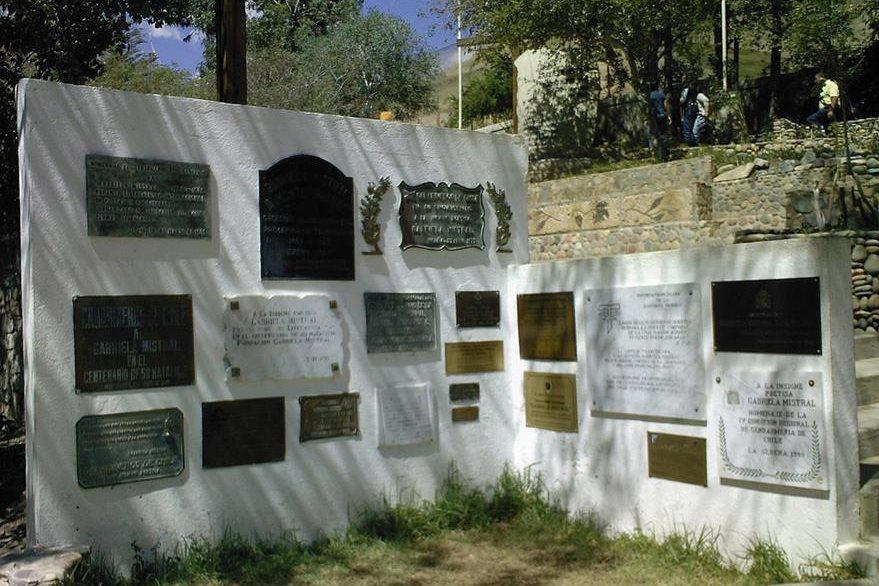 Placas conmemorativas en el acceso al mausoleo de Gabriela Mistral. (Foto: Hemeroteca PL)