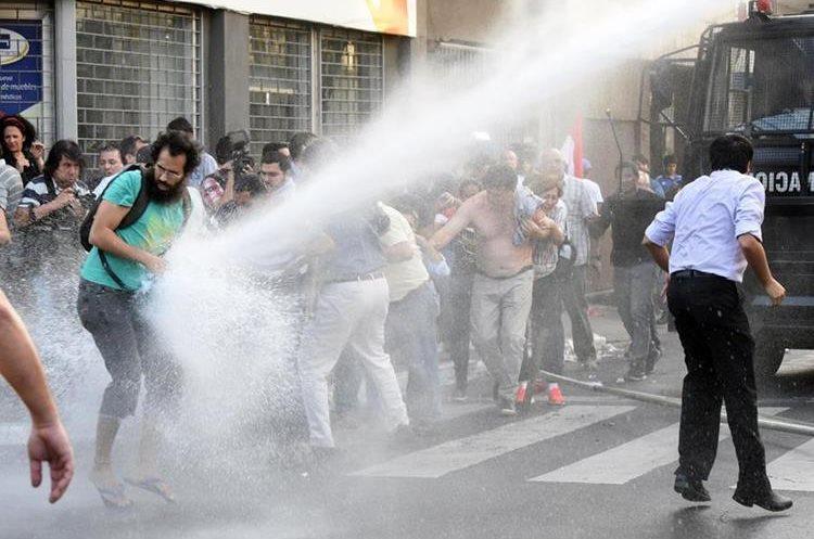 Sofocan incendio en Congreso paraguayo tras ser tomado por manifestantes