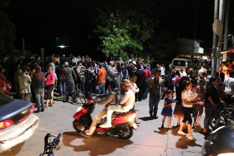 Vecinos de varios sectores llegaron al lugar del accidente y lamentaron la muerte de Vilma Duarte Polanco. (Foto Prensa Libre: Hugo Oliva)
