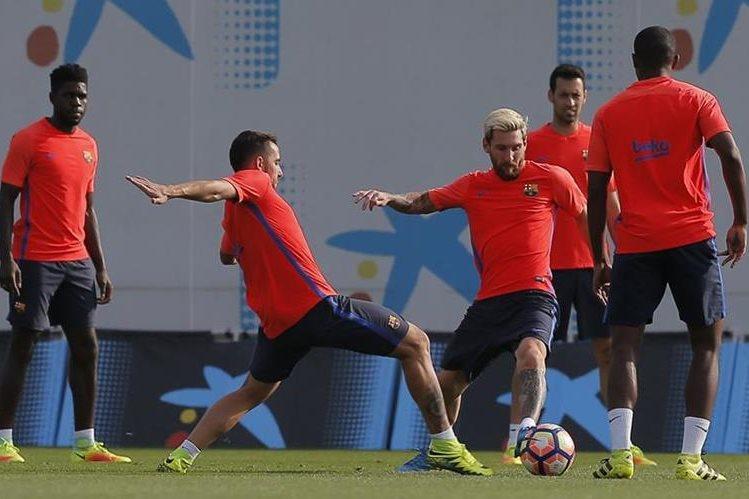 Messi intenta controlar el balón durante el entrenamiento de este viernes. (Foto Prensa Libre: AP)