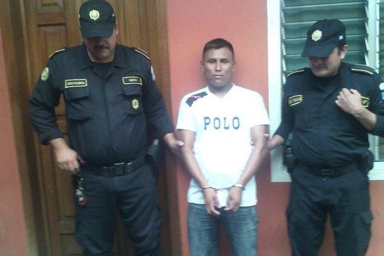 Juan Antonio Pérez García es custodiado por dos agentes de la PNC en Esquipulas, Chiquimula. (Foto Prensa Libre: Edwin Paxtor)