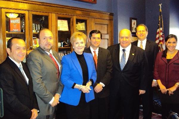 Directivos de El Salvador y Guatemala, la congresista Kay Granger y el embajador Julio Ligorría.