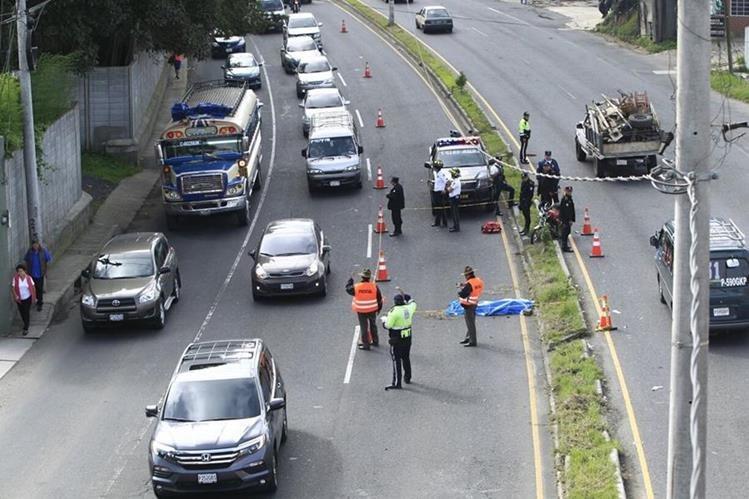 Una persona muere en un incidente vial en el kilómetro 14 de la ruta a El Salvador. (Foto Prensa Libre: Carlos Hernández)