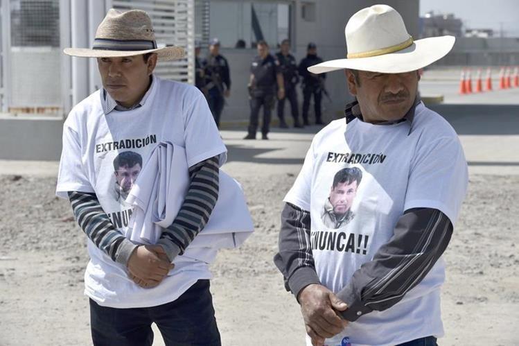 Asistentes de los abogados defensores del Chapo Guzmán en las afueras del penal del Altiplano, México. (Foto Prensa Libre: AFP).