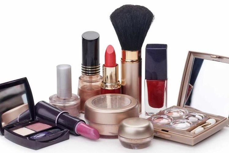Hay que verificar la fecha de vencimiento de los cosméticos para dejar de usarlos o cambiarlos cada seis meses.