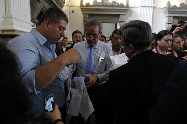 El momento en que el Congreso recibió la notificación de la Corte de Constitucionalidad para entregar el informe. (Foto Prensa Libre: Paulo Raquec)