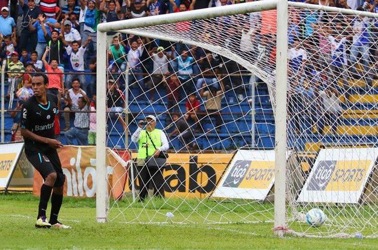 Wilson Lalín observa desconcertado después del gol de Gerson Tinoco.