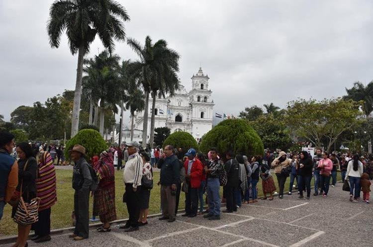 Largas filas de devotos se logran observar en el parque de la Basílica, con el próposito de poder pasar ante los pies del Cristo Negro.