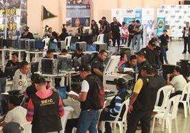 Personal policial documenta a los detenidos en el centro de mando del club de la Policía Nacional Civil. (Foto Prensa Libre: Estuardo Paredes)