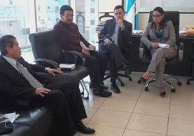 La gobernadora de Quetzaltenango, Claudia Ávila, durante la reunión efectuada en el Segundo Registro de la Propiedad. (Foto Prensa Libre: Carlos Ventura).