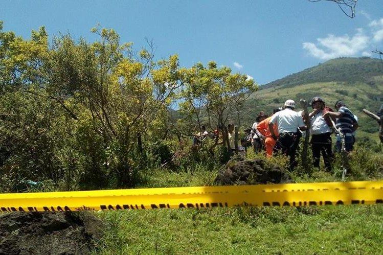 Vecinos localizan los cuerpos de tres hombres y una mujer en un área despoblada de Villa Canales. (Foto Prensa Libre: Erick Ávila)