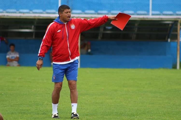 El entrenador Ronald Gómez manifestó su preocupación por no contar con jugadores pilares dentro de su esquema. (Foto Prensa Libre: Raúl Juárez)