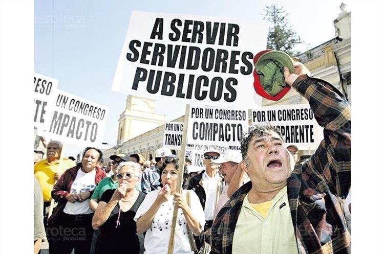 Ciudadanos de distintas edades y clases sociales se congregaron frente al Congreso para exigir la renuncia de los diputados por el Caso MDF en 2008. (Foto hemeroteca PL)