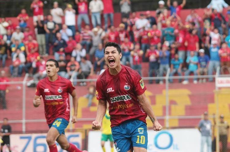 Kevin Santamaría festeja uno de sus goles con el equipo escarlata. (Foto Prensa Libre: Hemeroteca PL)
