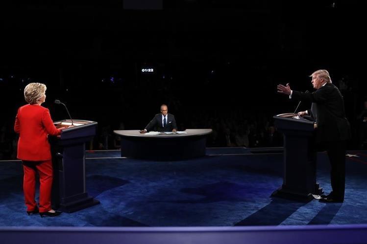 La demócrata Hillary Clinton (izq.) discute con el republicano Donald Trump (der.), durante el esperado debate. (Foto Prensa Libre: AFP).
