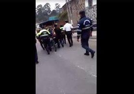 Agentes de la PMT de Cobán decomisan una venta de granizadas. (Foto Prensa Libre: Facebook)