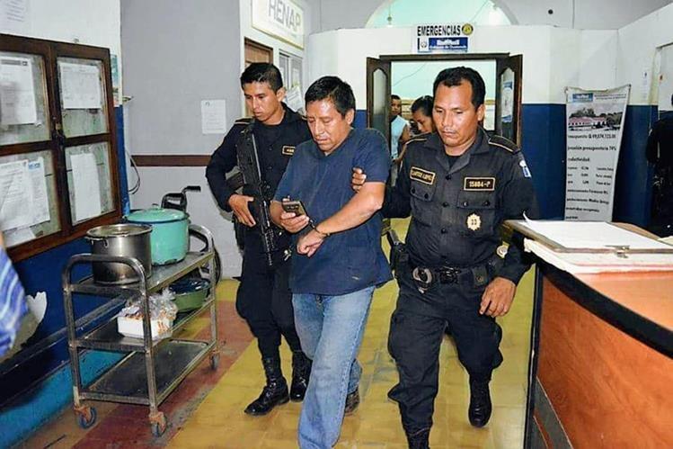 Manuel Esteban Morales fue capturado en el Hospital Nacional de Mazatenango, sindicado de agresión. (Foto Prensa Libre: Melvin Popá)