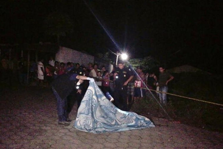 Agentes de la PNC resguardan lugar donde murió un hombre a balazos, en Pajapita, San Marcos. (Foto Prensa Libre: Cortesía)
