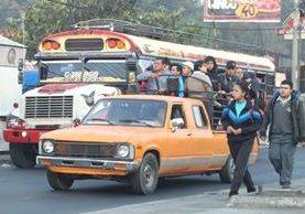Usuarios del transporte público en Mixco han resultado afectados desde ayer por el paro de pilotos, quienes exigen seguridad. (Foto HemerotecaPL: Érick Ávila)