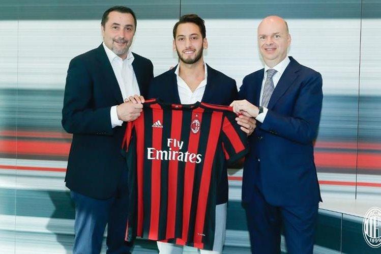 El turco Hakan Calhanoglu firmó por cuatro temporadas con el AC Milan. (Foto AC Milán).
