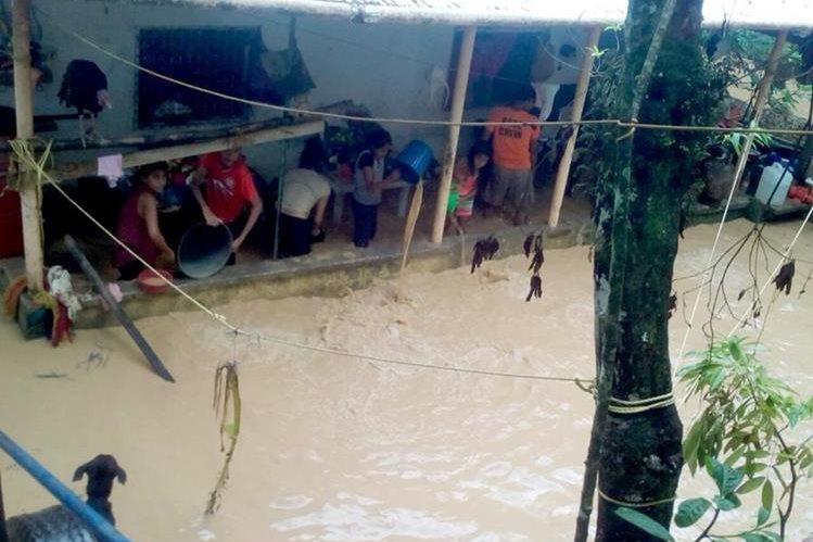 Vivienda de Las Colinas, afectada por las lluvias en Puerto Barrios, Izabal. (Foto Prensa Libre: Dony Stewart)
