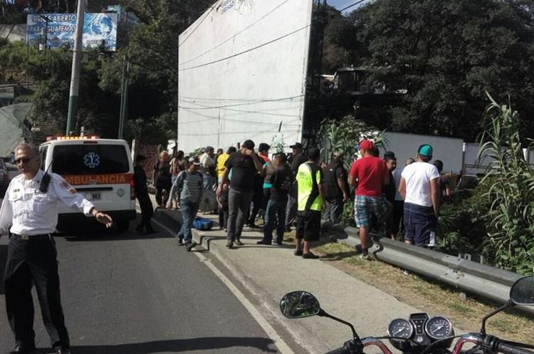 Curiosos observan al vehículo que cayó en barranco. (Foto Prensa Libre: Emixtra)