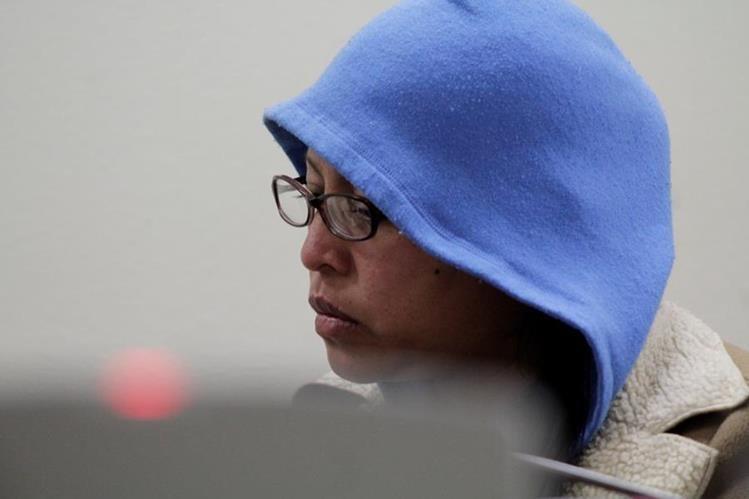 Brenda Karina Sapón Lemus escucha sentencia durante audiencia en la ciudad de Quetzaltenango. (Foto Prensa Libre: María José Longo)