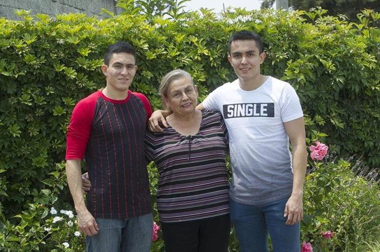 Aura Leticia posa orgullosa junto a sus gemelos Víctor —izquierda— y Mynor Morales Chacón.