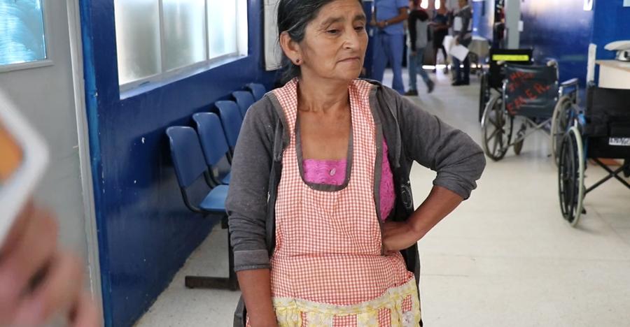 María Jimenes es la mujer que encontró  a la bebe en el corredor de su vivienda en la aldea la Laguneta y relata lo sucedido. (Foto Prensa Libre: Hugo Oliva)