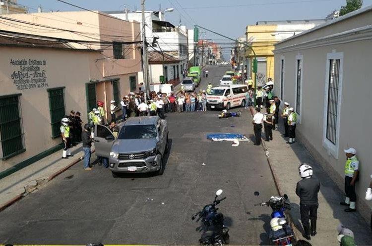 En la zona 1 capitalina, un picop se pasó un semáforo en rojo y atropelló a dos agentes municipales, uno de los cuales murió.