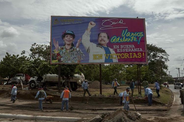 Una valla con la imagen de Rosario Murillo (izq.) junto al presidente de Nicaragua, Daniel Ortega, es vista en Managua. (Foto Prensa Libre: EFE).