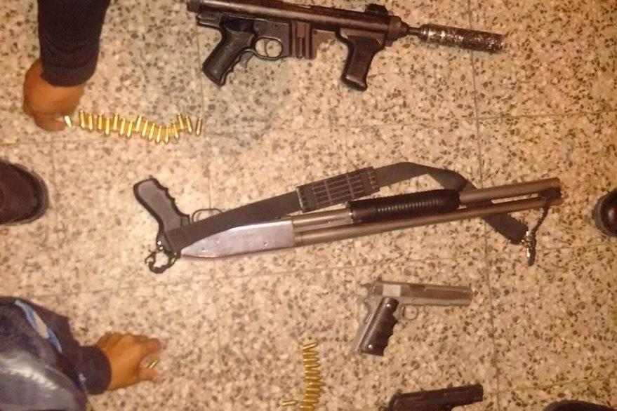 Armas localizadas en el interior del vehículo. (Foto Prensa Libre: PNC)
