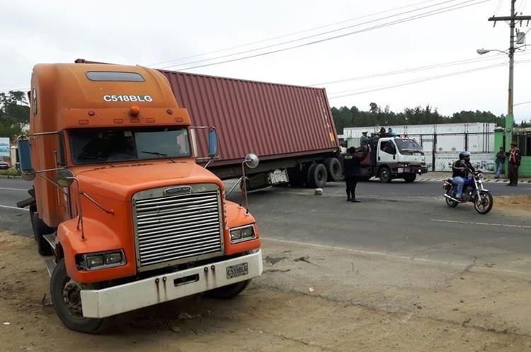 Tráiler averiado bloqueó paso de vehículos en ruta Interamericana.