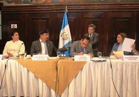 La comisión pesquisidora sostiene su primera reunión para analizar el antejuicio contra el presidente Jimmy Morales. (Foto Prensa Libre: Esbín García)