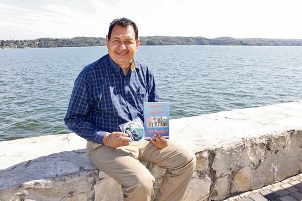 Nelson Larios  muestra el disco de reflexiones   y el libroAtrévete a triunfar.