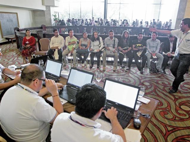 empleados del Ministerio de Trabajo realizan labores de orientación para quienes aspiran a conseguir en empleo trabajo formal.